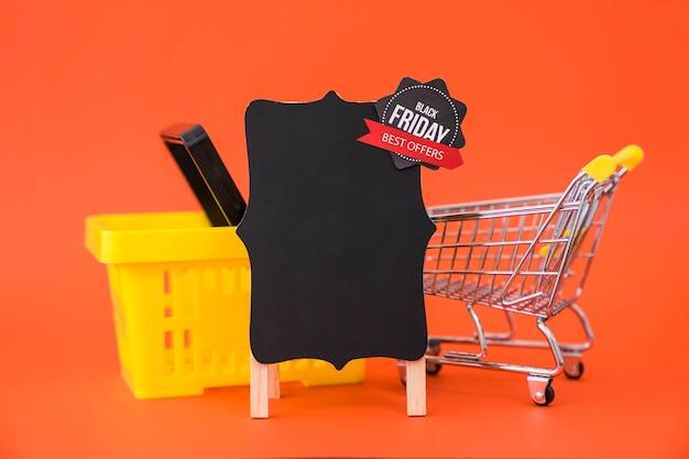 Conceito de venda de sexta feira preta com cesta e placa Foto gratuita