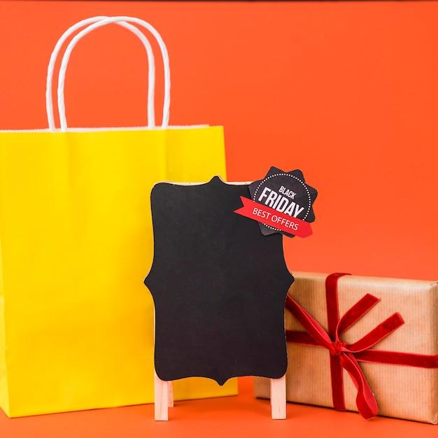 Conceito de vendas de sexta feira preta com caixa de bordo e presente Foto gratuita