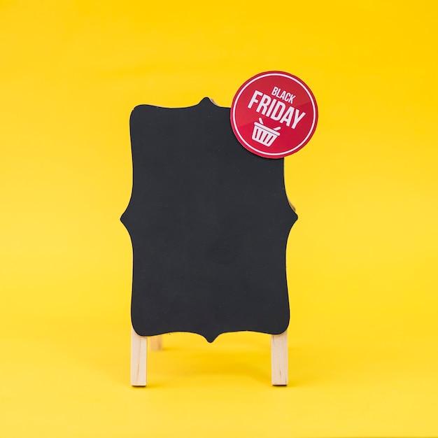 Conceito de vendas de sexta feira preta com placa Foto gratuita