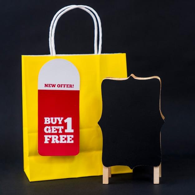 Conceito de vendas de sexta feira preta com saco e cartão Foto gratuita