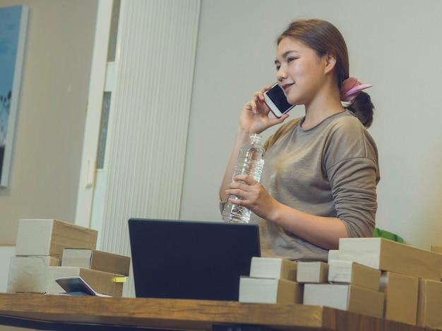 Conceito de vendedor on-line de negócio em casa Foto Premium