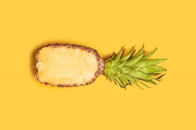 Conceito de verão. a metade fresca cortou o abacaxi no fundo amarelo. Foto Premium