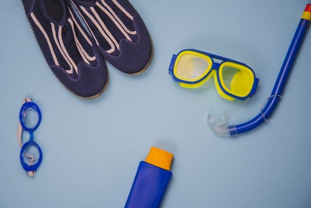 Conceito de verão com equipamento de praia Foto gratuita