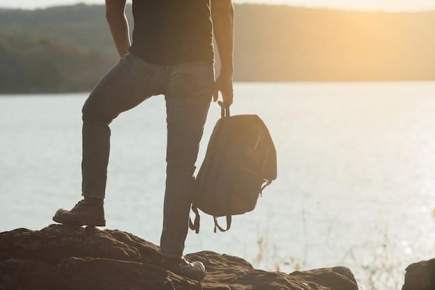 Conceito de viagem com mochileiro relaxar na montanha Foto gratuita