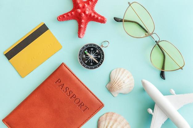 Conceito de viagem de aventura de viagens mínimo simples plana leigos em azul moderno colorido pastel moderno fundo Foto Premium