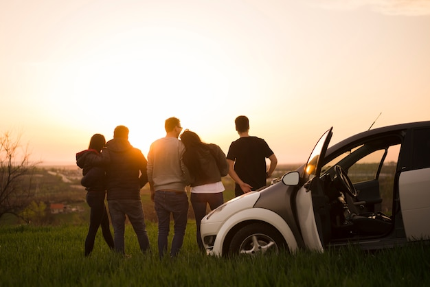 Conceito de viagem rodoviária com grupo de amigos Foto gratuita