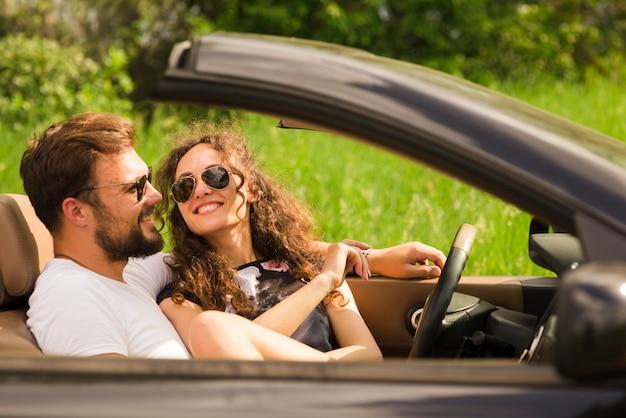 Conceito de viagem rodoviária com o jovem casal Foto gratuita