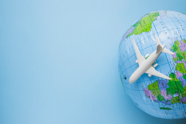Conceito de viagens com globo Foto gratuita