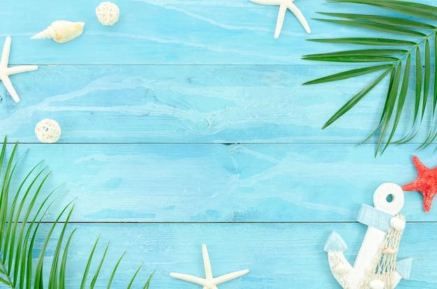 Conceito de viagens de verão. apartamento colocar no fundo azul prancha de madeira Foto Premium