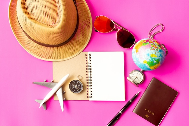 Conceito de viagens em fundo rosa. Foto Premium