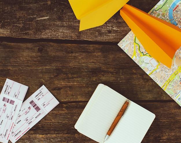 Conceito de viagens. objetos em fundo de madeira Foto gratuita