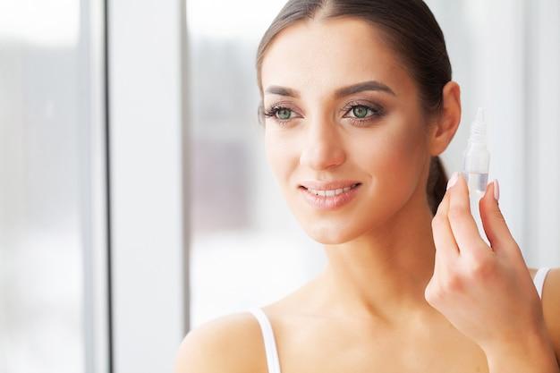 Conceito de visão. foto de close-up de jovem usando lente de contato Foto Premium