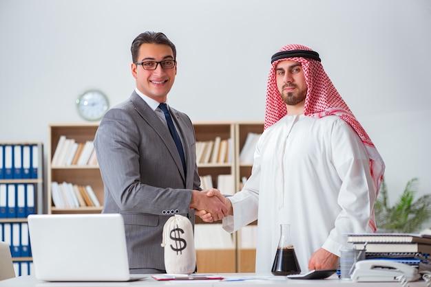 Conceito diversificado de negócios com empresário árabe Foto Premium