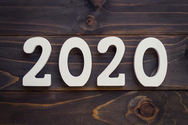 Conceito do ano novo - numere 2020 para o ano novo em uma tabela de madeira. Foto Premium