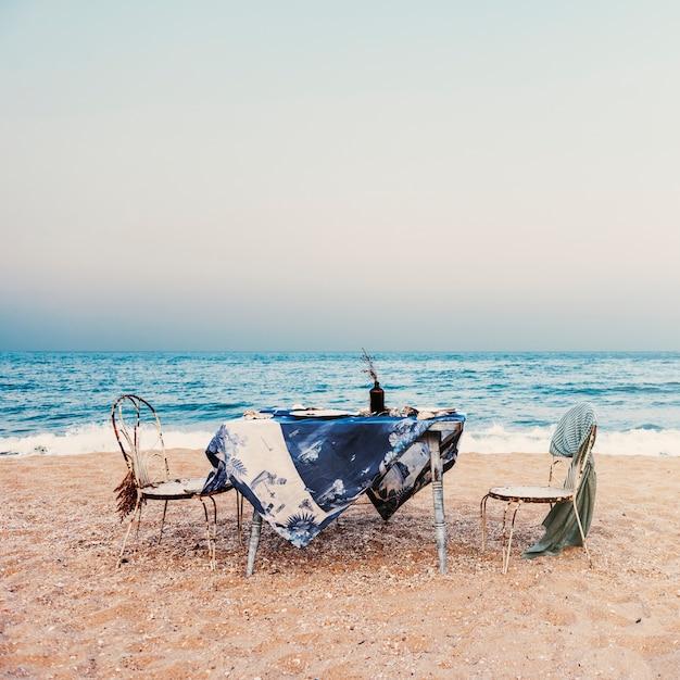 Conceito do céu do feriado da costa de mar da refeição das cadeiras de tabela Foto gratuita
