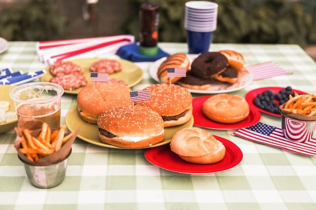 Conceito do dia da independência com hambúrguer Foto gratuita