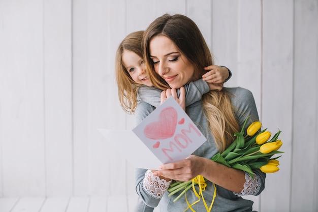 Conceito do dia das mães com jovem mãe e filha Foto gratuita