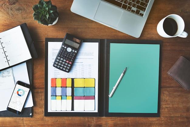 Conceito do espaço de trabalho dos dispositivos de digitas da análise de contabilidade Foto Premium