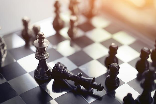 Conceito do jogo de mesa da xadrez, competição e planeamento da estratégia de ideias do sucesso comercial. Foto Premium