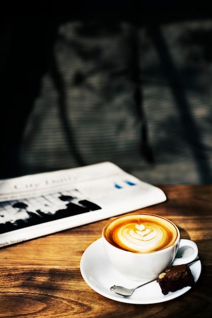 Conceito do jornal do cappuccino de latte do café da cafetaria Foto gratuita