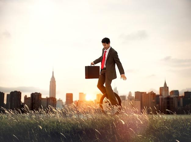 Conceito do nascer do sol de commuting ecology saving do homem de negócios Foto Premium