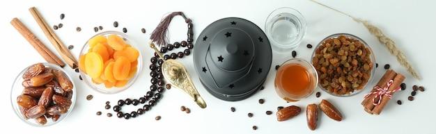 Conceito do ramadã com comida e acessórios em branco, vista superior Foto Premium