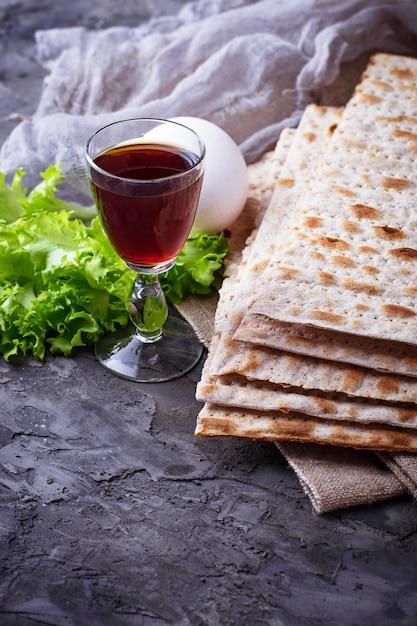 Conceito do seder judaico tradicional da páscoa judaica da celebração. foco seletivo Foto Premium