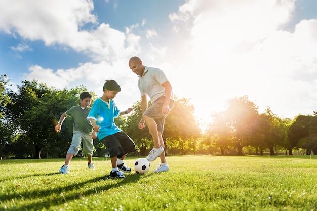 Conceito do verão da atividade do filho do pai do campo de futebol do futebol Foto Premium