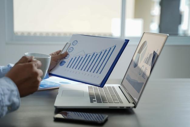 Conceito dos gráficos do painel das vendas do mercado do cliente Foto Premium