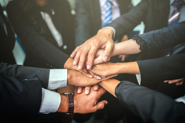 Conceito dos trabalhos de equipa do apoio das mãos da pilha da equipe do negócio. Foto Premium