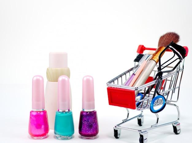 Conceito em linha de compra cosmético no fundo branco Foto Premium