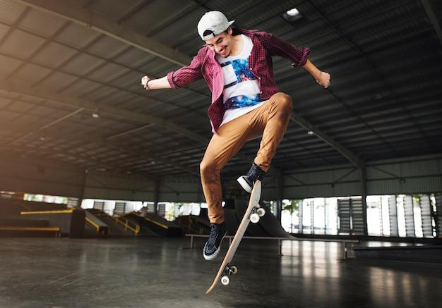 Conceito extremo dos esportes do estilo livre da prática skateboarding Foto Premium