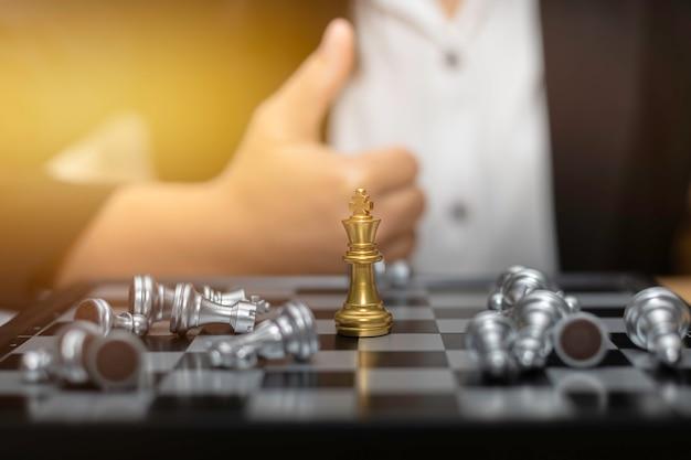 Conceito financeiro da estratégia empresarial da xadrez da mulher de negócio. Foto Premium