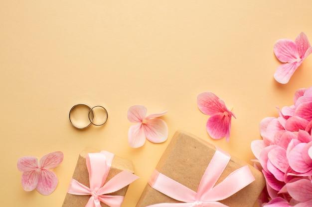 Conceito floral de casamento e caixas de presente Foto Premium