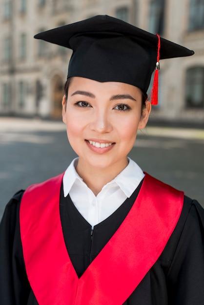 Conceito graduação, com, retrato, de, mulher feliz Foto gratuita