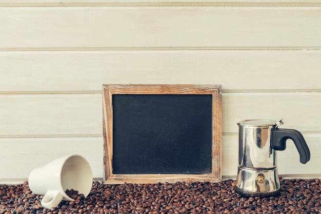 Conceito pacífico de café com ardósia Foto gratuita