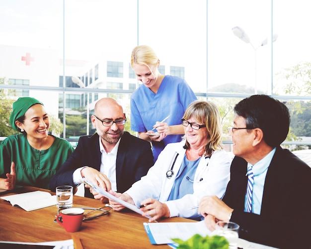Conceito profissional do hospital da reunião do doutor da ocupação Foto Premium