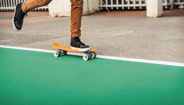 Conceito recreacional da atividade do parque extremo do skater do esporte do skate Foto Premium