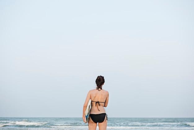 Conceito surfando das férias das férias de verão da praia da mulher Foto Premium