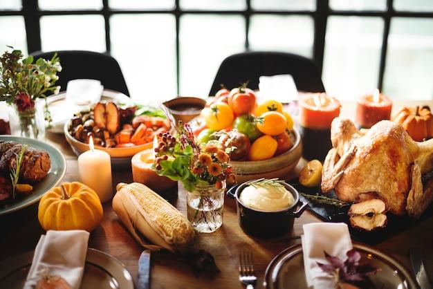 Conceito tradicional do ajuste da tabela de jantar da celebração da ação de graças Foto Premium