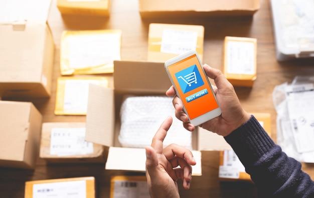 Conceitos de compras online com jovem usando smartphone para pagar seu pedido Foto Premium