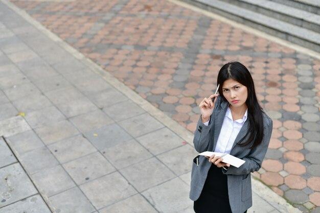 Conceitos de negócios. pessoas de negócios estão lendo livros. Foto Premium