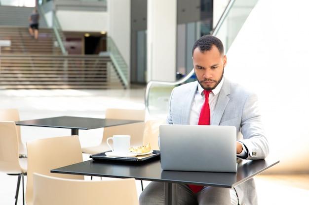 Concentrado empresário trabalhador trabalhando no projeto Foto gratuita