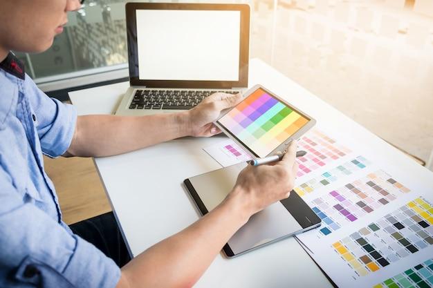 Concepção de design de interiores ou concepção gráfica e conceito de tecnologia - mulher trabalhando com amostras de cores para seleção. Foto gratuita