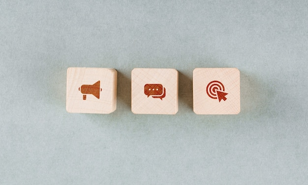 Conceptual de alvo com blocos de madeira com ícones vermelhos. Foto gratuita