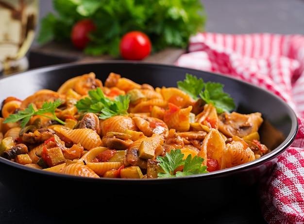 Conchas de massa italiana com cogumelos, abobrinha e molho de tomate Foto gratuita
