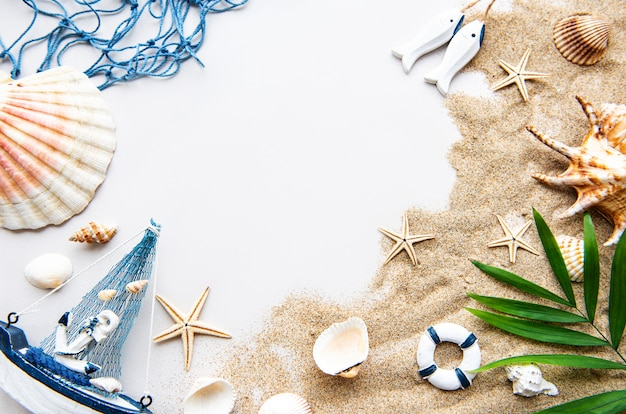 Conchas do mar na areia. conceito de viagens Foto Premium