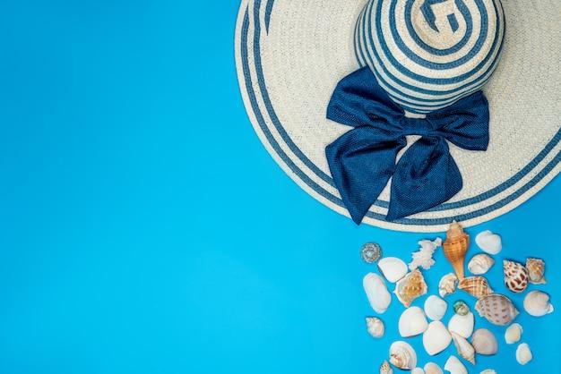 Conchas e chapéu de verão com listras azuis e laço Foto gratuita