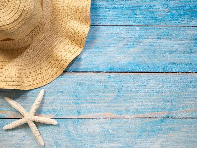 Conchas, estrelas do mar, chapéus. ideias de férias Foto Premium