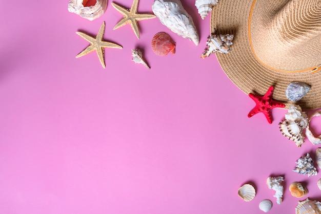 Conchas No Fundo Violeta Pastel Com Chapéu De Palha Fundo De